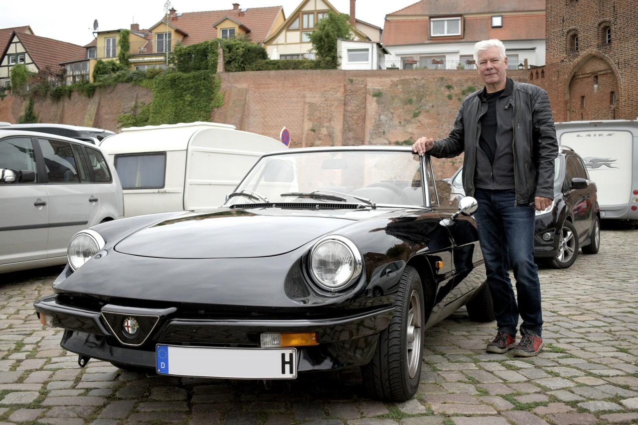 Hナンバーの愛車は漆黒のアルファ ロメオ!ドイツ人の画家・スチューデントさんにインタビュー サムネイル画像`
