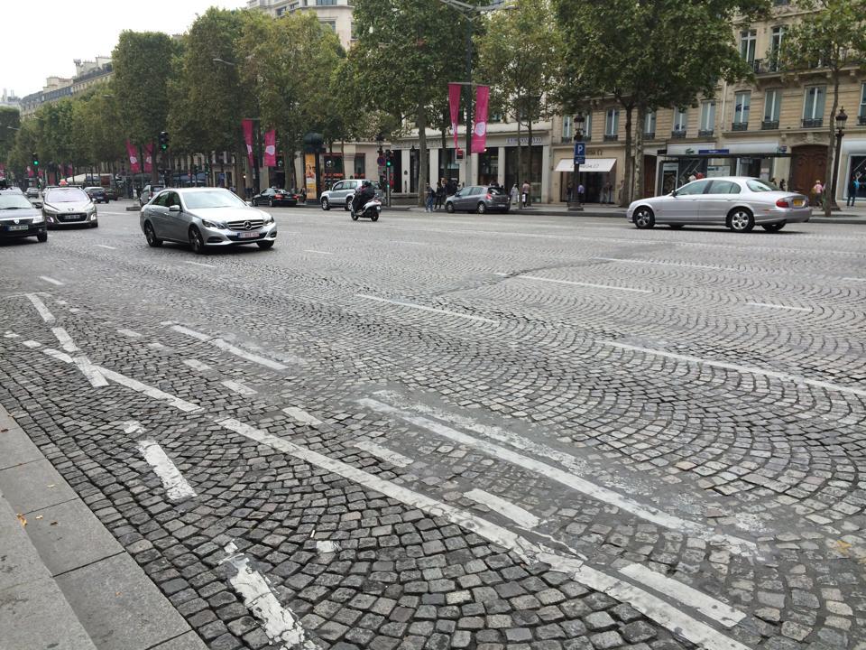 ヨーロッパではよく見られる石畳で舗装された道路