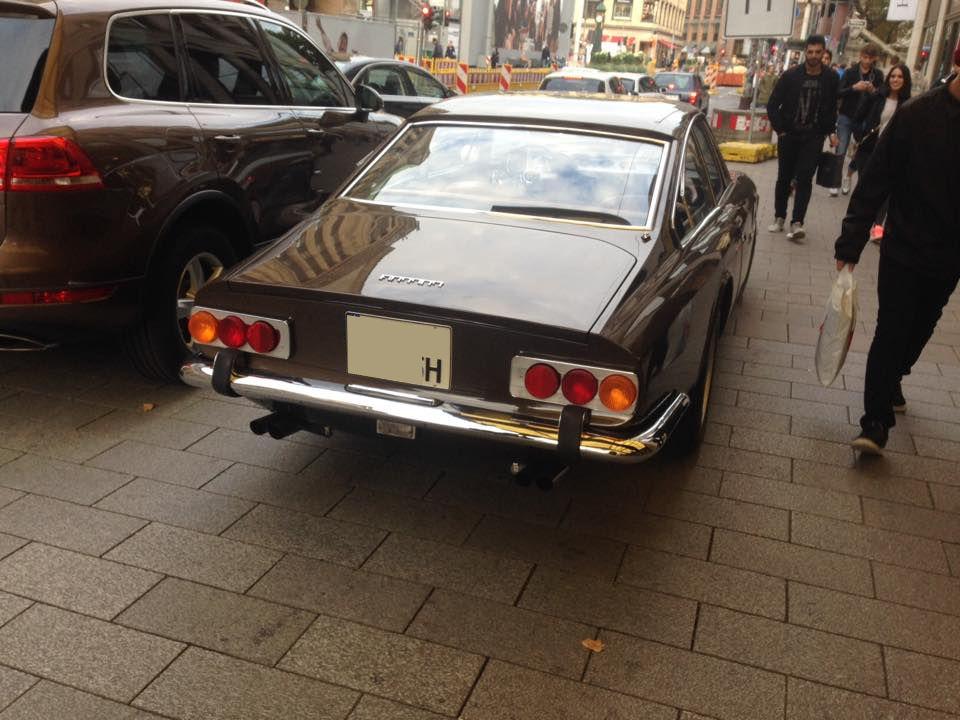 ホテルの前にたたずむのは、一台のクラシックフェラーリ@ドイツ現地レポ