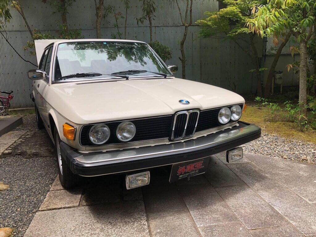 高級スポーティセダンBMW 5シリーズの元祖。「BMW 528i (E12)」の漂う魅力 サムネイル画像`